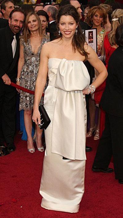 Джессика Бил в платье Prada.